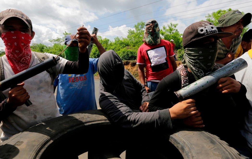 Manifestantes enmascarados realizan un bloqueo carretero y sostienen morteros caseros en Nagarote, municipio ubicado a 40 kilómetros de Managua, la capital (Fuente: nytimes.com)