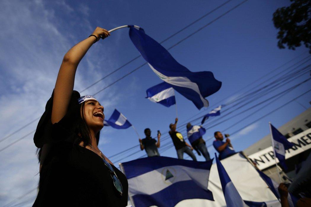 Una protesta el 18 de mayo. Cientos de manifestantes marcharon del centro de Managua a la Universidad Centroamericana para exigir la renuncia del presidente Ortega. (Fuente: nytimes.com)
