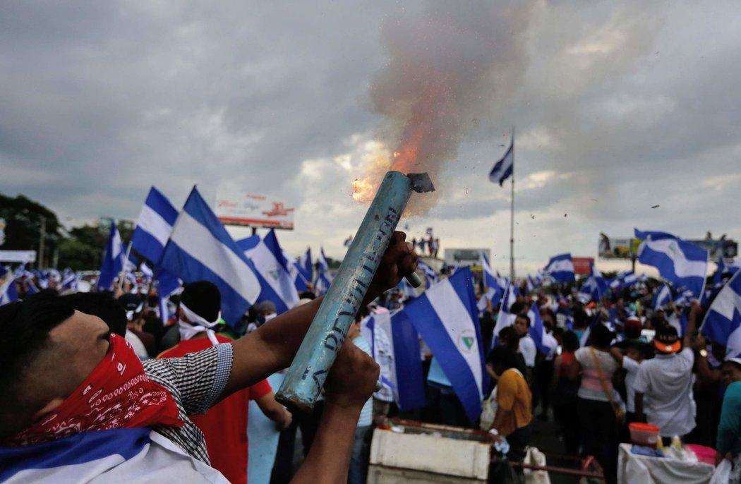 Un manifestante dispara un mortero casero durante una protesta para exigir las renuncias del presidente Ortega y de la vicepresidenta Rosario Murillo (Fuente: nytimes.com)