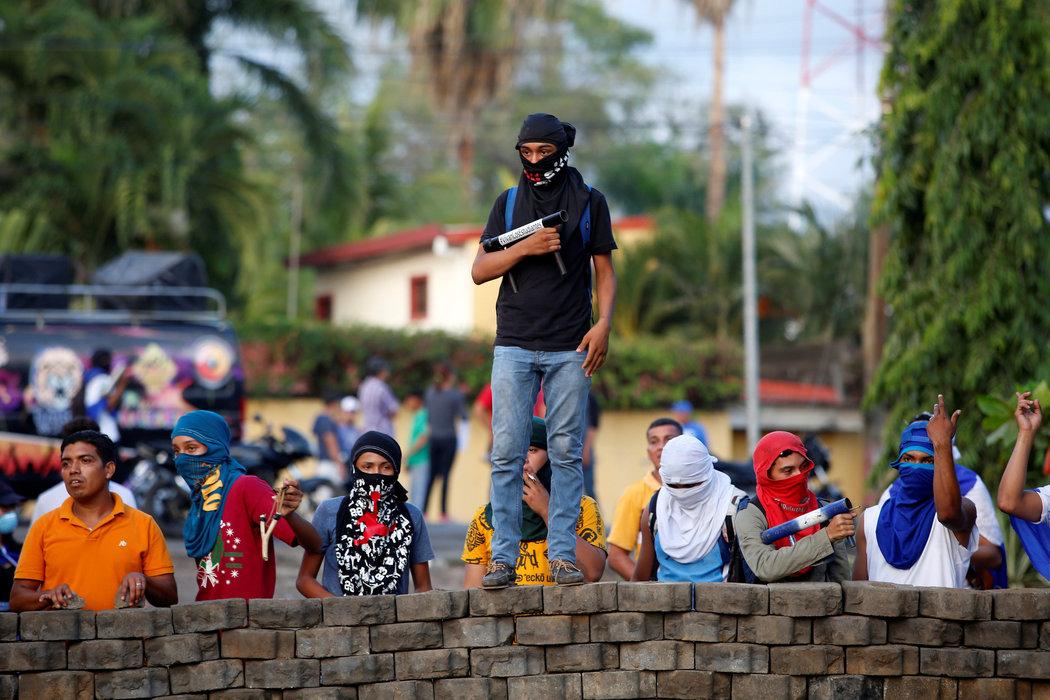 Manifestantes bloquean la carretera panamericana en protesta contra el gobierno del presidente Daniel Ortega en León, Nicaragua, el 24 de mayo (Fuente: nytimes.com)