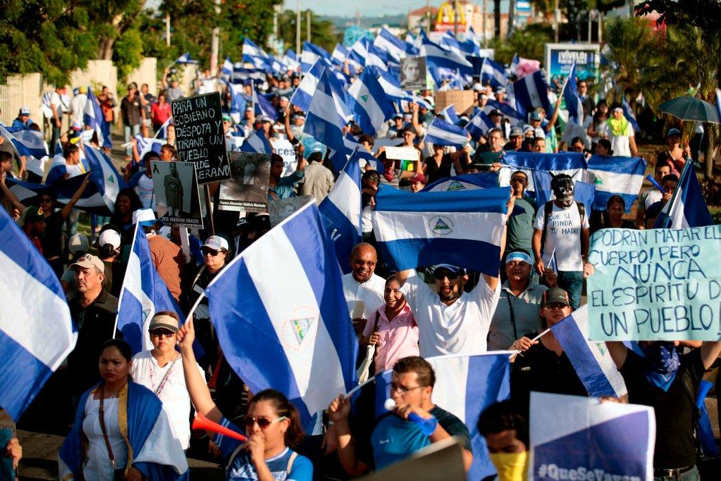 Personas participan en una marcha para marcar un mes del inicio de las protestas contra el gobierno, el 18 de mayo en Managua (Fuente: nytimes.com)