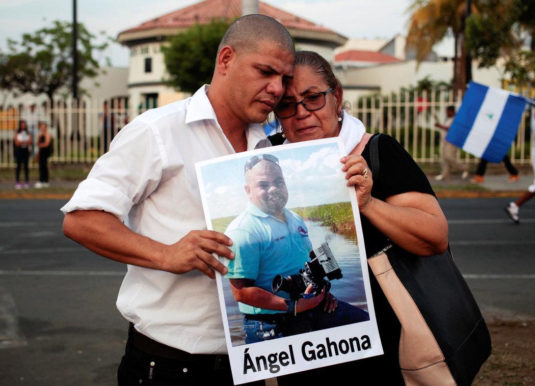 Madre y hermano del periodista Ángel Gahona, quien fue asesinado durante una transmisión en vivo de las protestas, sostienen una foto durante una movilización de las madres realizada el 10 de mayo para exigir justicia al gobierno de Ortega (Fuente: nytimes.com)
