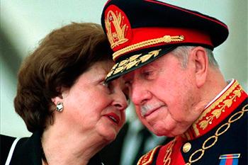 Lucía Hiriart y Augusto Pinochet