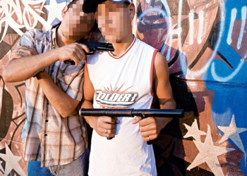 Muchos jóvenes andan armados por las calles de las poblaciones. En esta imagen tomada en Puente Alto, dos jóvenes posan con sus armas de fuego.