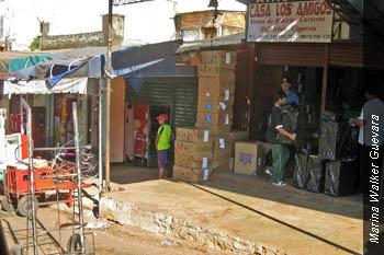 En el centro de Ciudad del Este, cajas de cigarrillos apiladas en la vereda esperan ser recogidas por los contrabandistas.