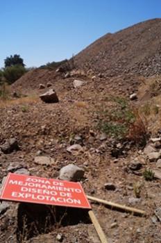 Restos de actividad minera ilegal tirados en la quebrada.