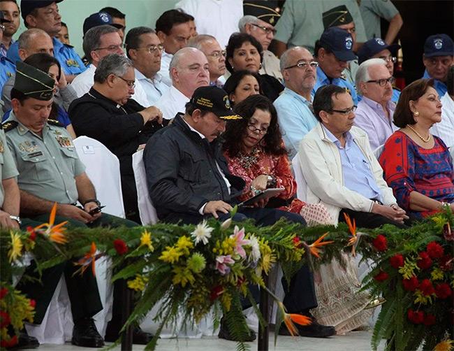 Daniel Ortega y Rosario Murillo en un acto oficial del Ejército de Nicaragua. Archivo | Confidencial
