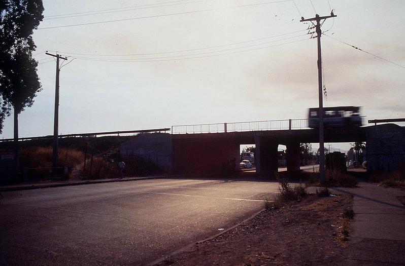 Paso sobre nivel en la antigua ruta Norte-Sur (hoy Autopista Central), donde el sacerdote Renato Poblete arrojó el maletín con el US$1 millón de rescate.