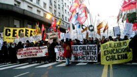 Los costosos créditos para la educación impulsan el éxodo de estudiantes a Argentina