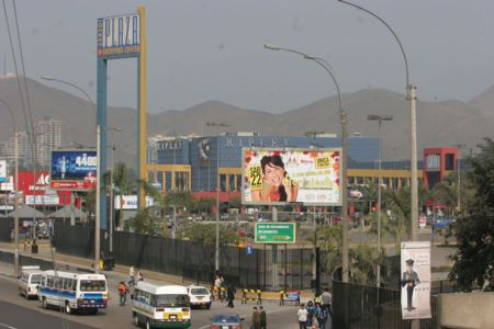 Grandes tiendas III: Así viven los trabajadores de Argentina y Perú la exportación del modelo chileno