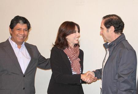 Eduardo Salas y Alejandra Bravo con el senador Hernán Larraín, de la UDI (fuente: pricentro.cl)