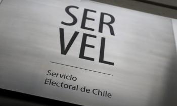 Andres Velasco concurre al Servel para presentar un recurso de reposicion.