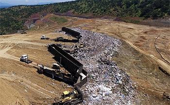 Camiones depositan la basura en el vertedero Santa Marta.