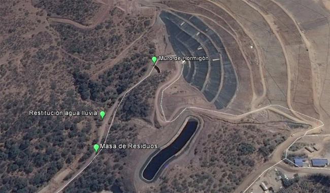 El vertedero Santa Marta desde el aire.  El derrumbe se produjo en la zona ubicada a la derecha del muro de contención.