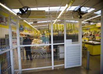 Supermercado enrejado en La Pintana