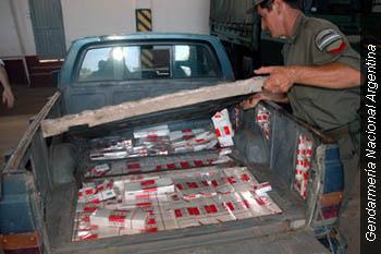 """Gendarmes argentinos incautan cigarrillos Paraguayos """"Rodeo"""" escondidos en la parte trasera de una camioneta."""